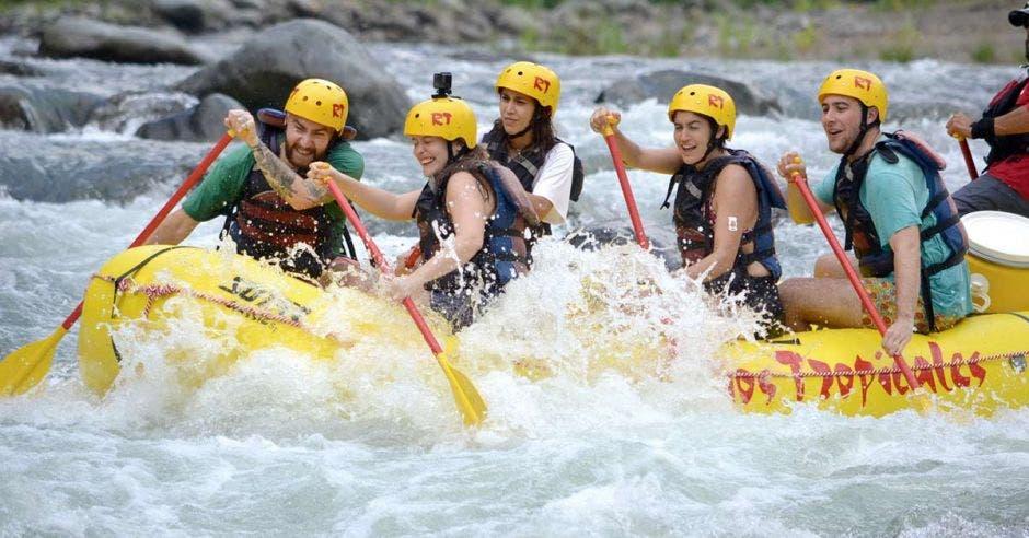 balsa con rafters en río