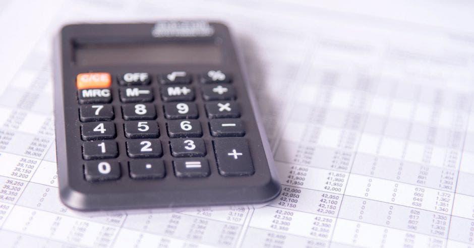 Una calculadora sobre una hoja de papel