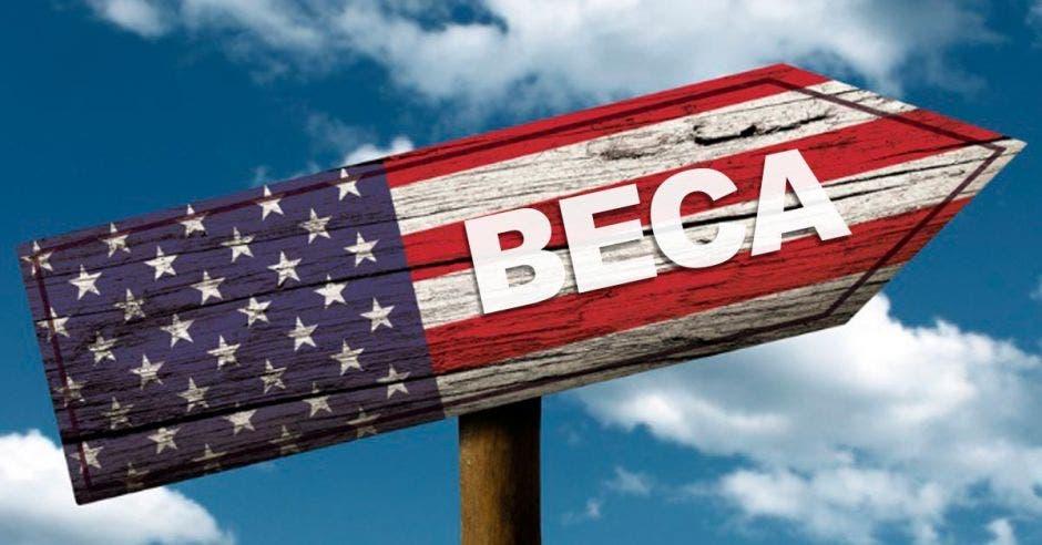 Una flecha pintada con la bandera de Estados Unidos y la palabra beca