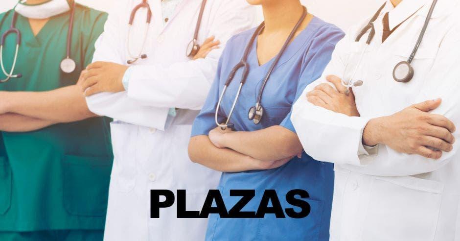 Cuatro personas con ropa de personal de Salud y la palabra PLAZAS