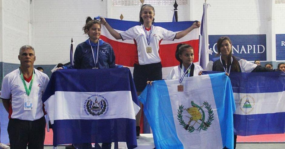 atletas en podio