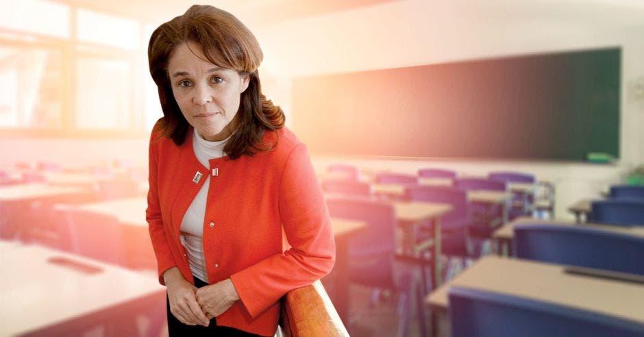 Isabel Román con un fondo de un aula vacía