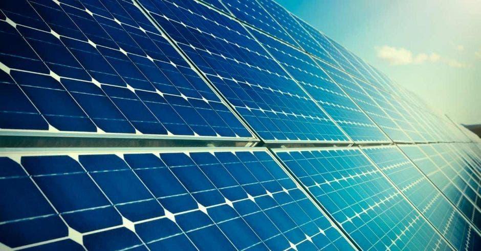 Paneles solares en un techo