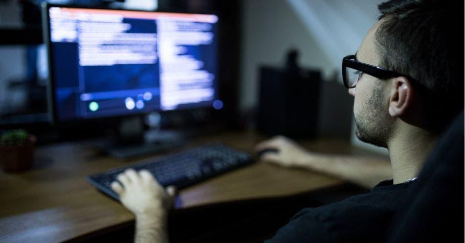 Un joven con una computadora