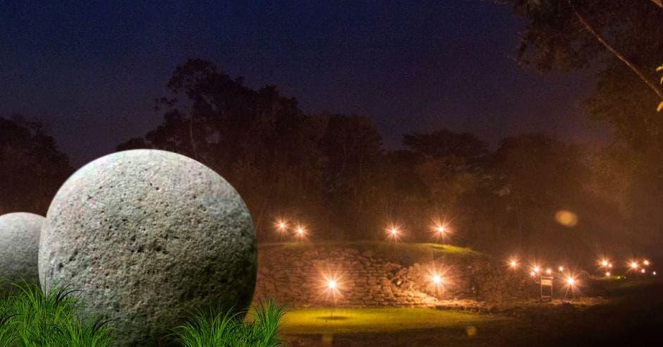 esfera precolombina en parque guayabo de noche