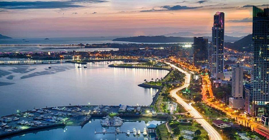 Ciudad junto al mar, edificios iluminados de noche