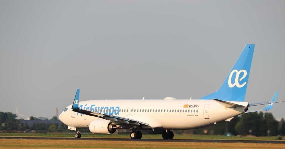 avión blanco con la cola celeste