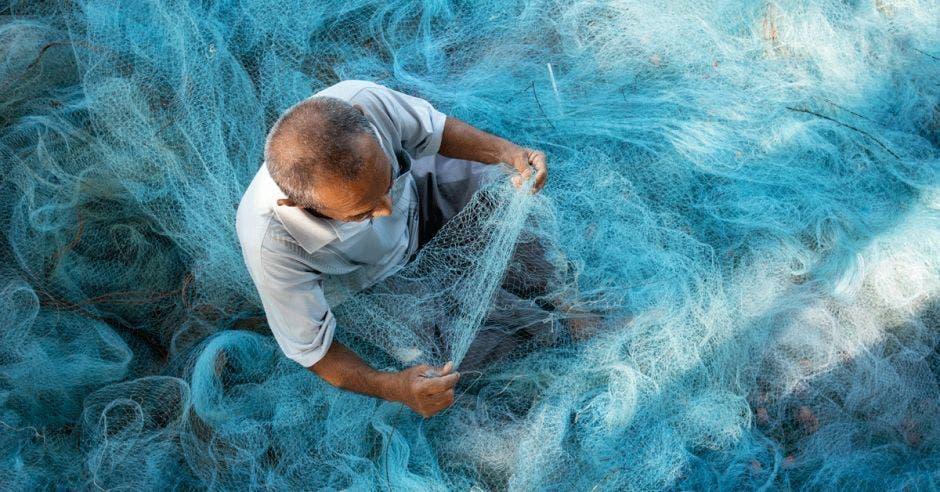 Un pescador utiliza una malla