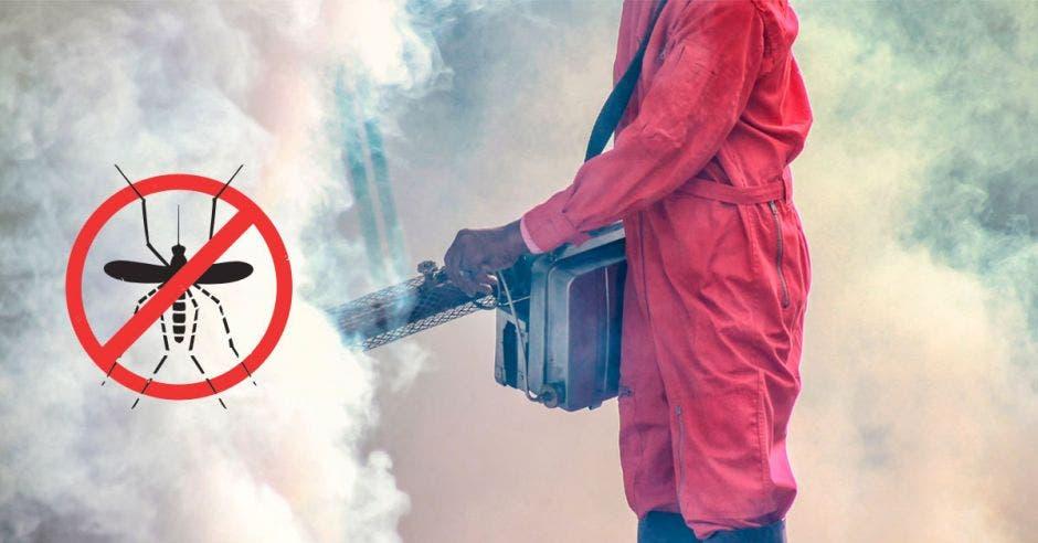 Una persona usando una fumigadora y un símbolo de prohibido con un mosquito