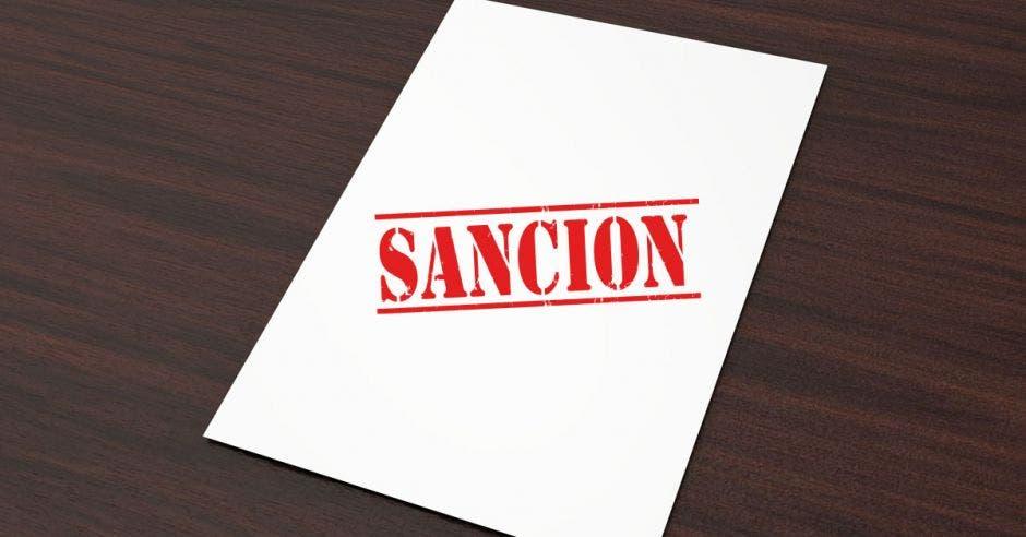 Una hoja con un sello rojo que dice Sanción