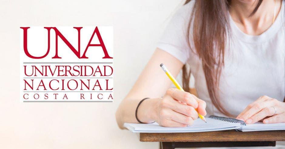 Una estudiante y el logo de la UNA
