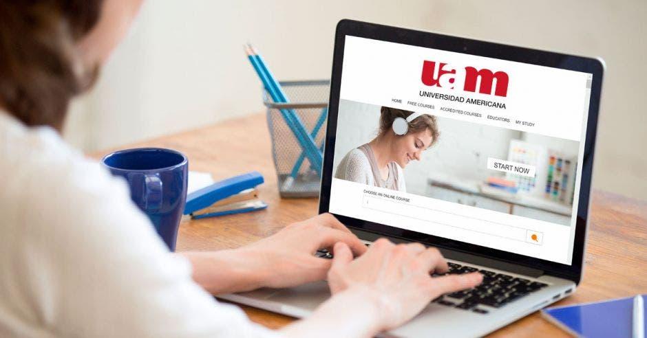 Una computadora con el sitio web de la UAM