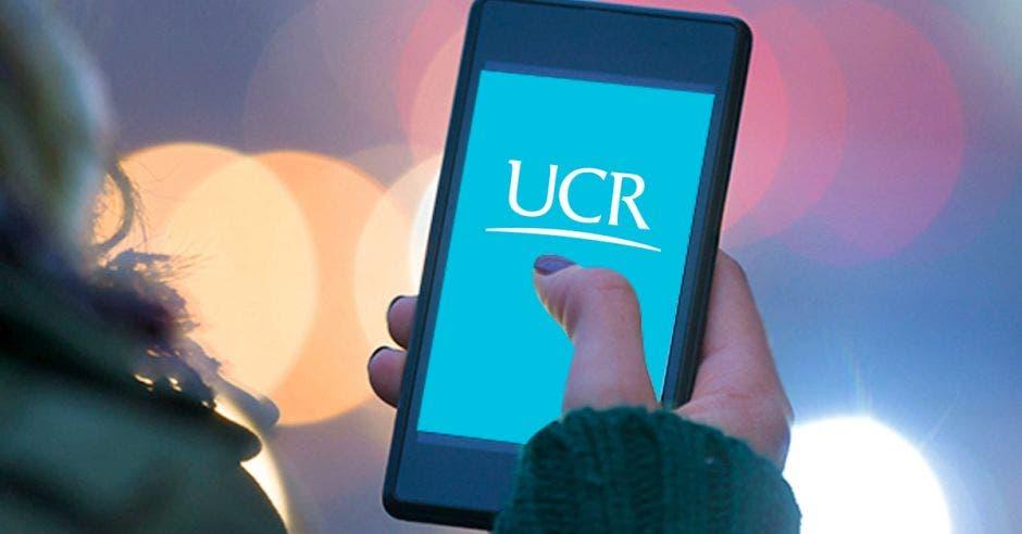 Un celular y en la pantalla el logo de la UCR
