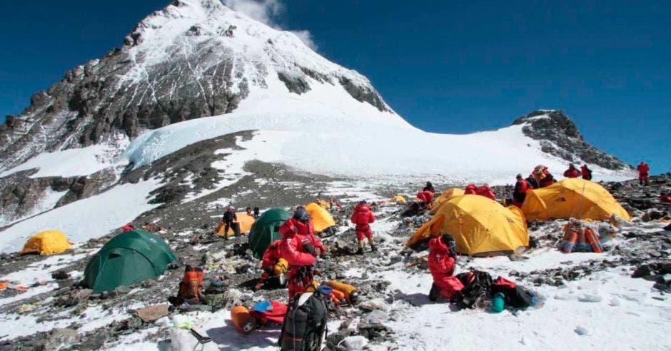 monte verest y personas en campamentos