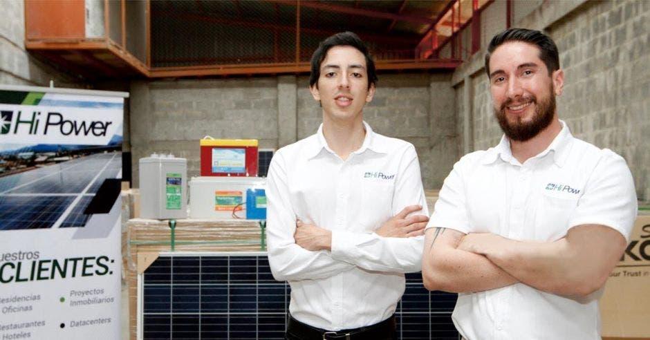 """: """"El principal deseo de la empresa es contribuir a la reducción de emisiones de carbono por medio del uso de energías limpias y equipo eficiente"""", destacaron Michael Torres y Ricardo Saprissa, del Departamento de Ventas y Mercadeo de Hi Power. Esteban Monge/LA REPÚBLICA."""