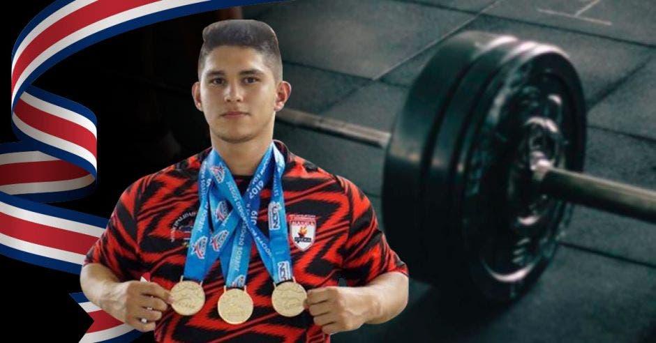 muchacho con medallas y pesas y bandera de costa rica