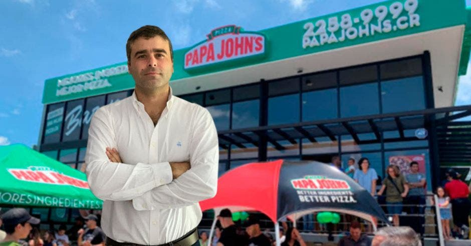 Ignacio Astete, de fondo un local de Papa johns