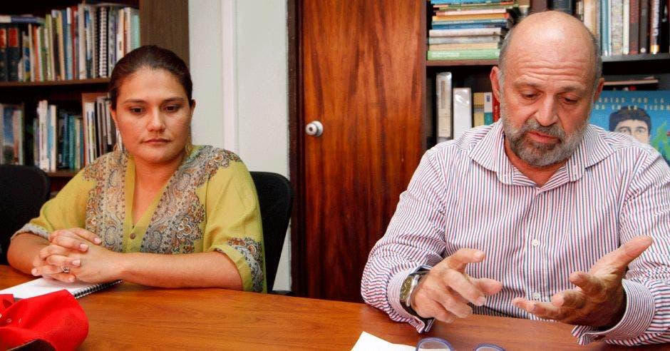 Pamela Castillo, viceministra de Ambiente, junto a Carlos Manuel Rodríguez, ministro del ramo, explican los puntos firmados con el sindicato de trabajadores del Minae