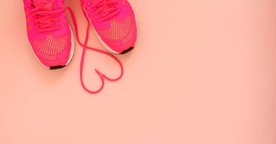 Unas tenis y un cordón en forma de corazón
