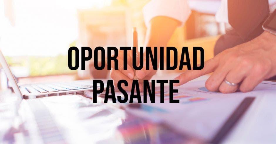 Una persona y la palabra oportunidad pasante