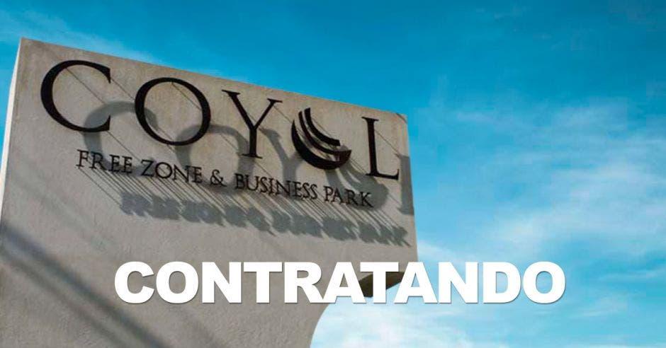 La fachada de Coyol con la palabra CONTRATANDO