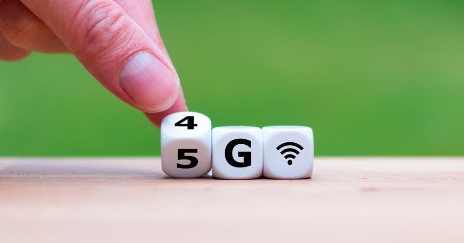 Un dedo con un dado de 5G