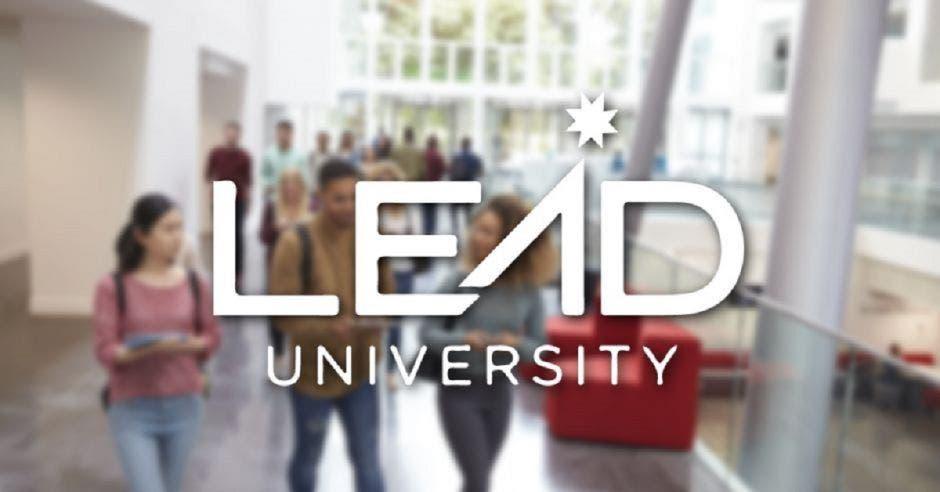 Unos jóvenes universitarios con el logo de Lead University al frente
