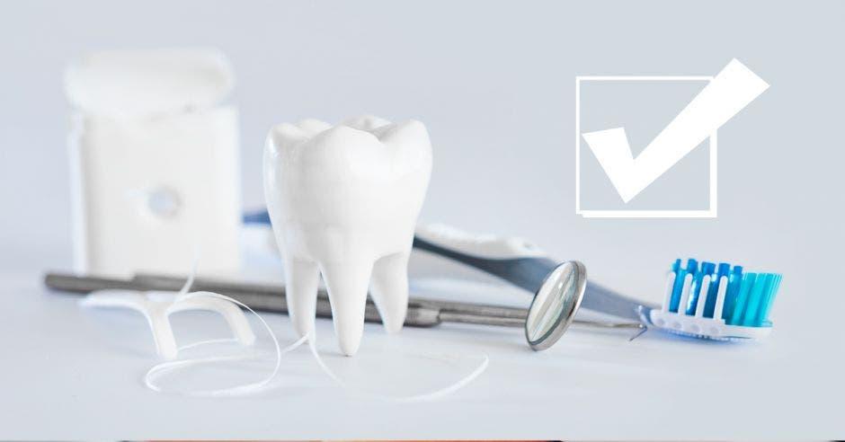 Unos dientes y aparatos de odontólogos