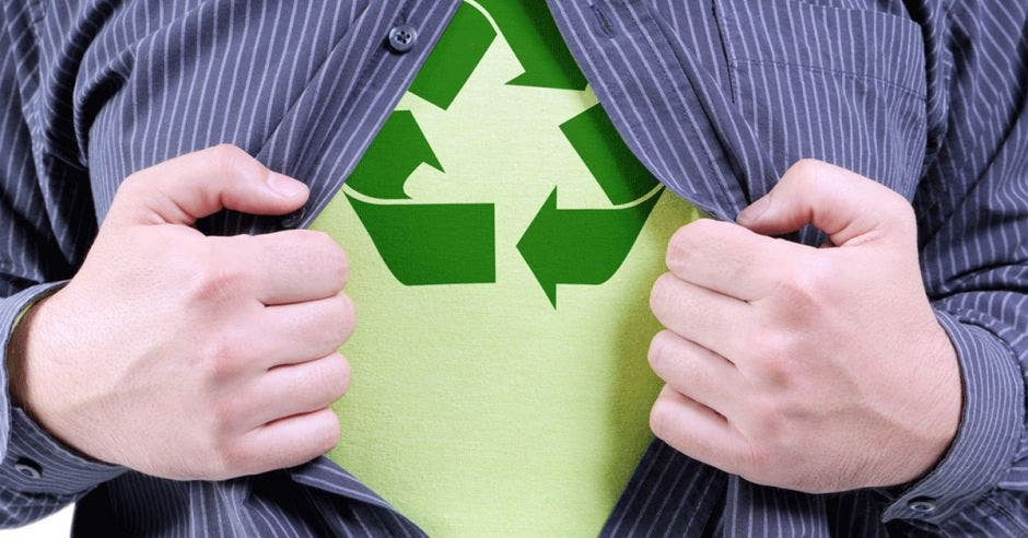 Un hombre revela un símbolo de reciclaje