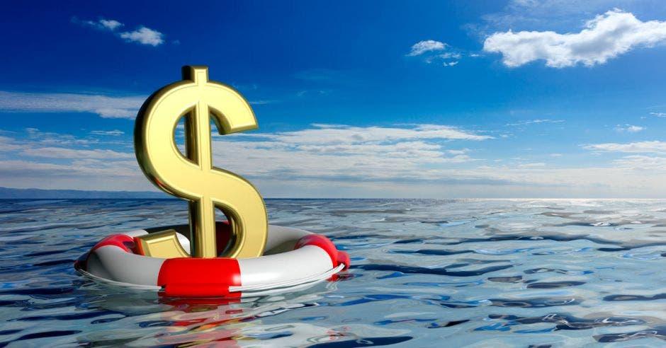 Símbolo de dólares flotando en el mar