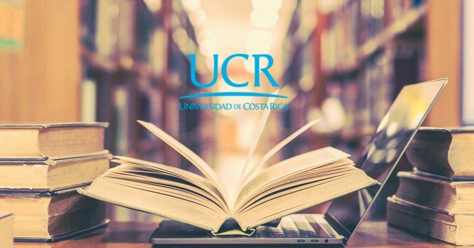 Un libro abierto en una biblioteca y el logo de la UCR