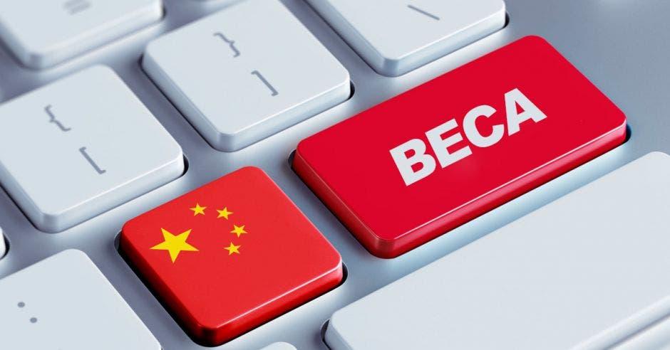 Un teclado con la bandera de China y la palabra Beca en una de las teclas
