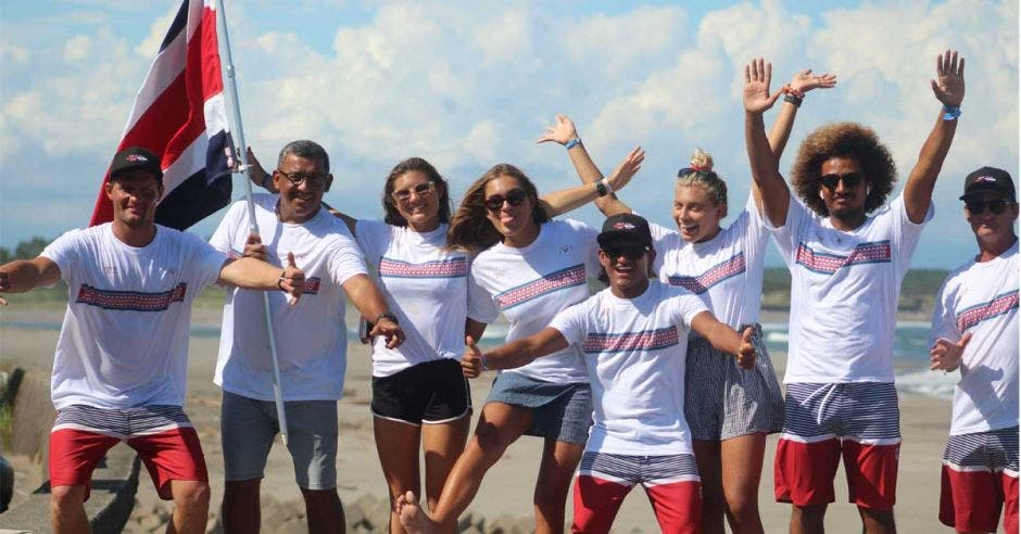 jovenes con bandera de costa rica celebrando