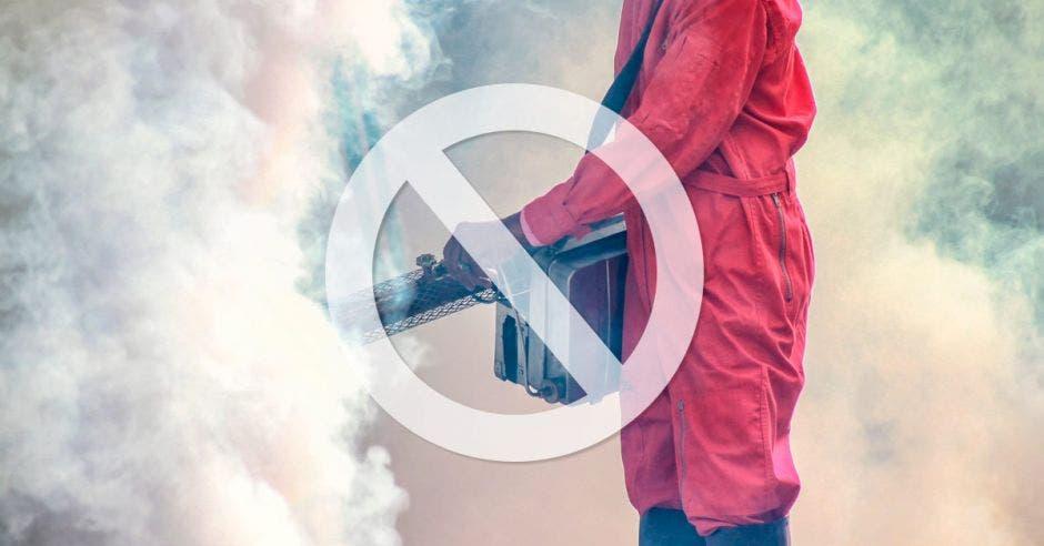 Una persona utilizando un herbicida y el símbolo de prohibido
