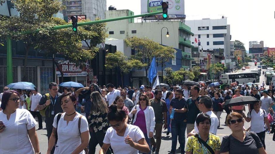 Los trabajadores de la Caja bloquean la avenida Segunda