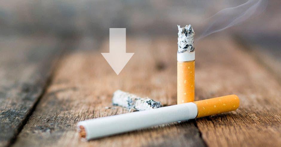 Unos cigarros y una flecha hacia abajo