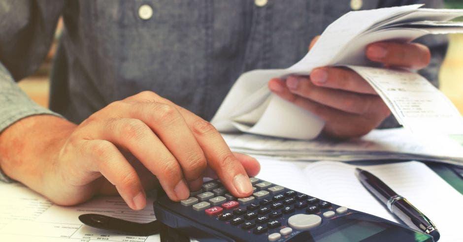 Persona sumando en una calculadora