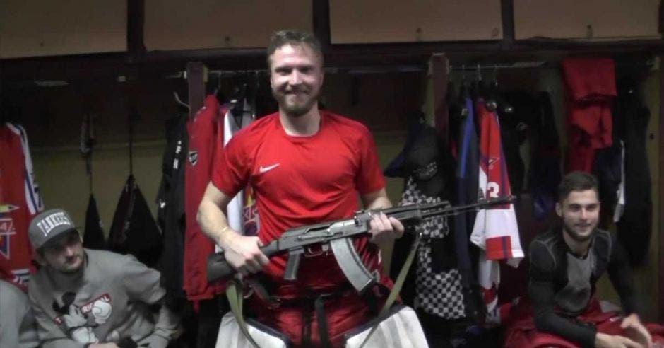 jugador con arma de fuego en vestidores