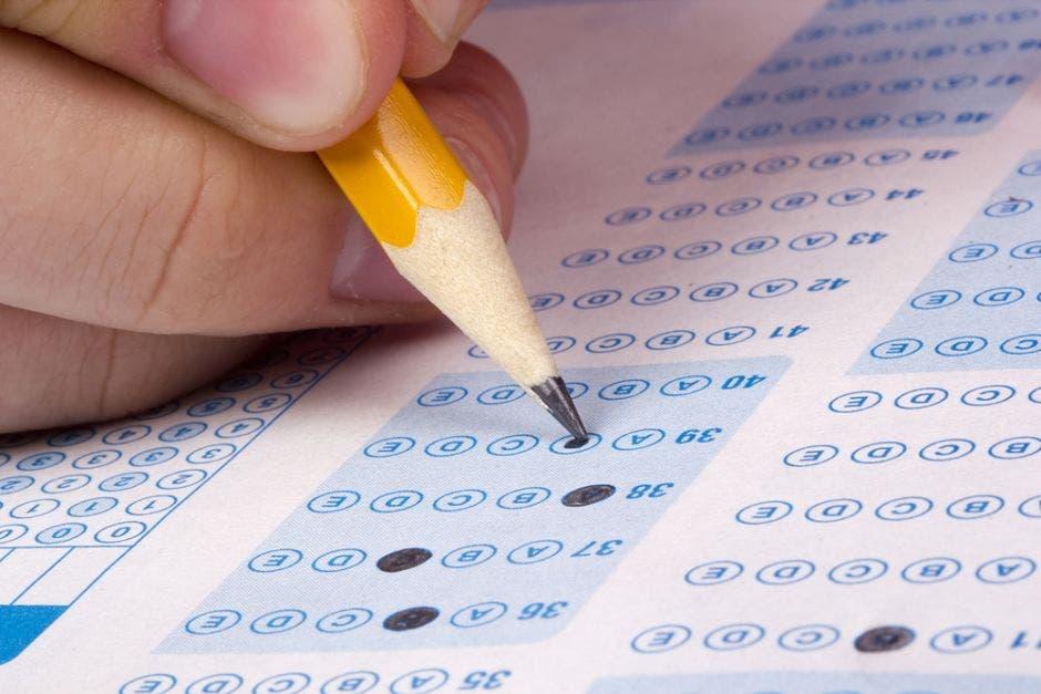 Una personas llenando las respuestas de un examen de bachillerato