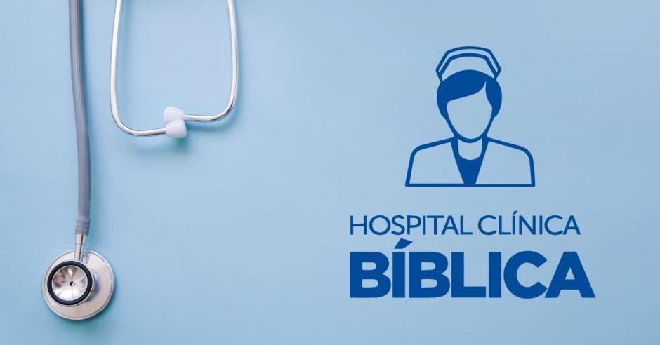 Un estetoscopio y el logo del Hospital Clínica Bíblica