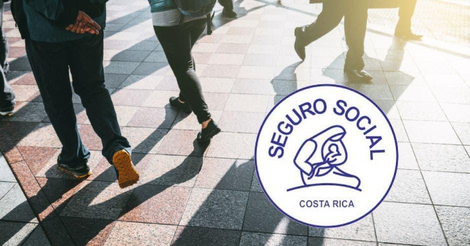 Jóvenes caminando y el logo de la CCSS