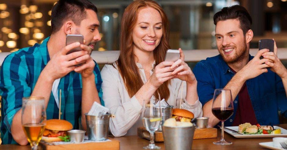 Un grupo de amigos cenando