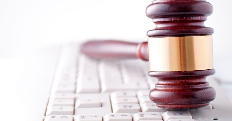 Foto de un mazo de juez sobre un teclado de computadora