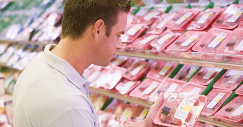 Un hombre compra carne en el supermercado