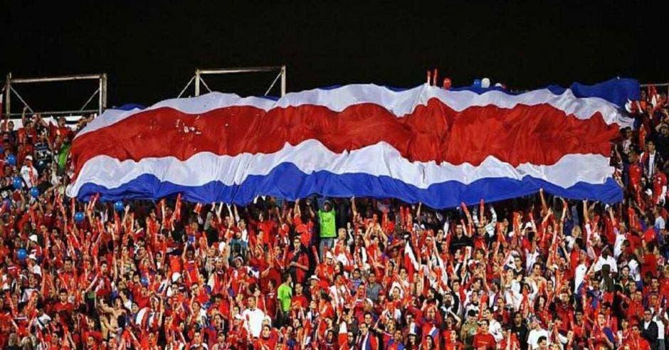 personas en estadio y bandera de costa rica