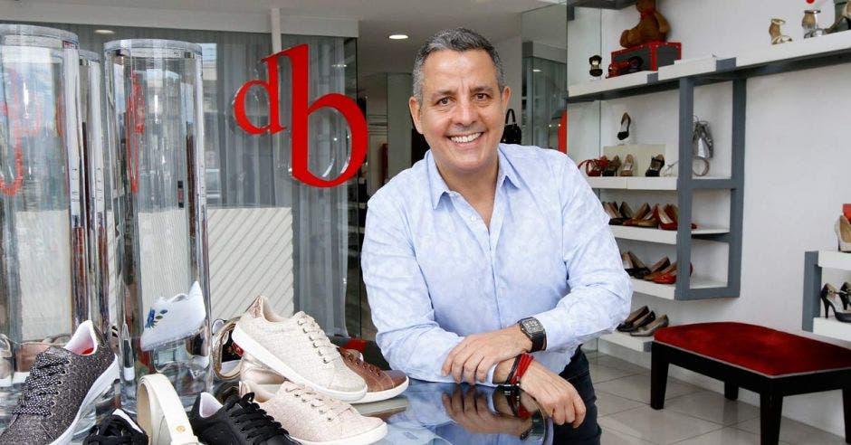 Daniel del Barco junto a sus zapatos