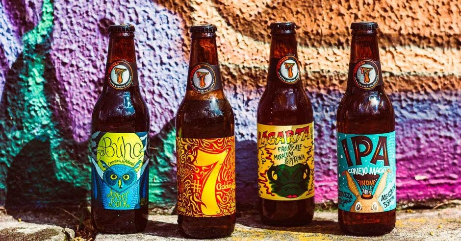 Cuatro de las cervezas que son parte de la marca de bebidas