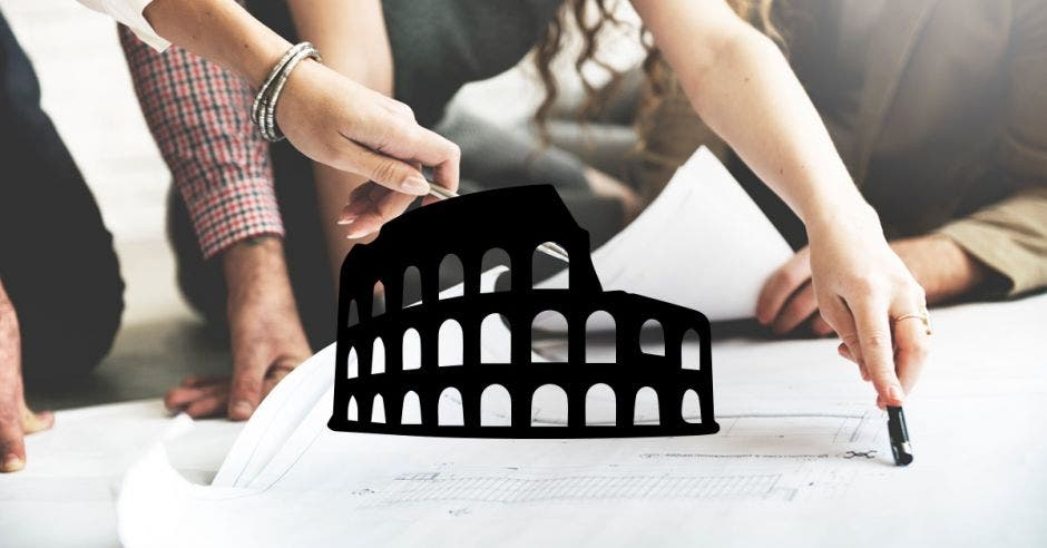 Unos estudiantes y la silueta del coliseo romano