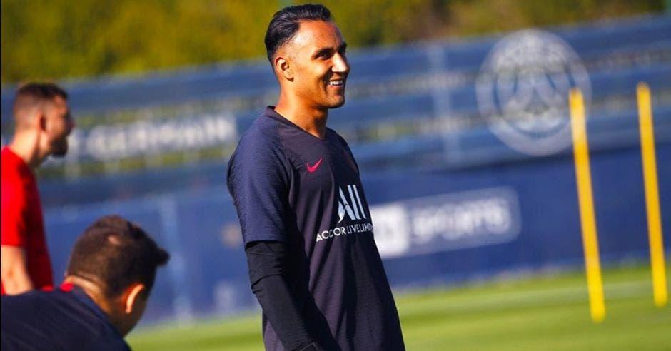 Keylor Navas sonriente en un entrenamiento de PSG
