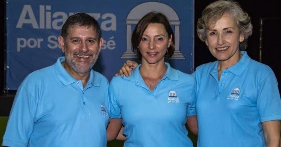 Denise Echeverría en el centro será la candidata  alcalde. En la foto, es acompañada por sus vicealcaldes  José Zamora y Enidh Gamboa. Cortesía/La República